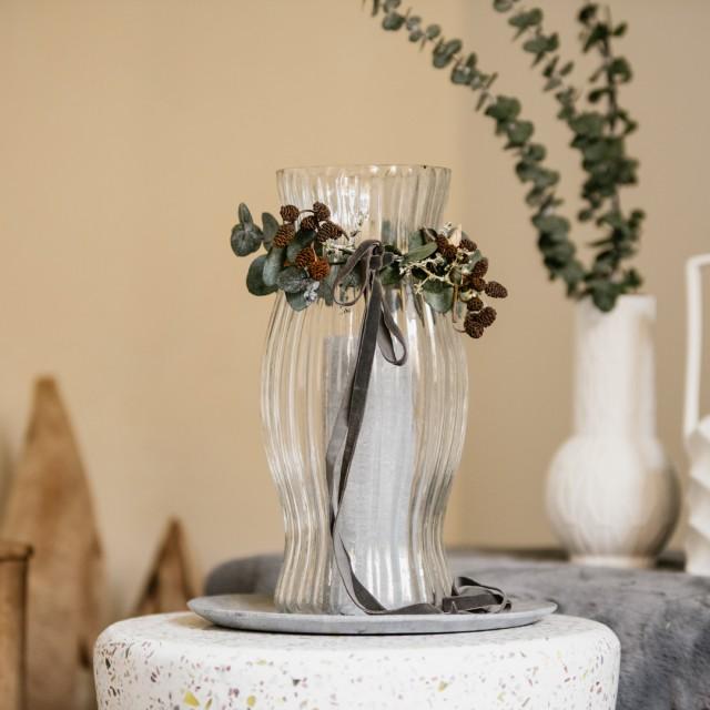 Centrotavola di Natale con frangifiamma in vetro e piatto in marmo