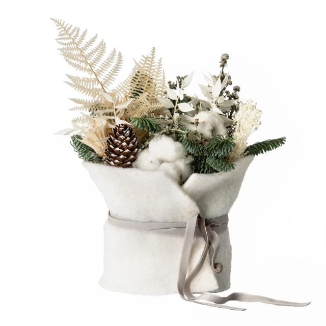 Composizione con lana cotta bianca e materiali freschi e secchi