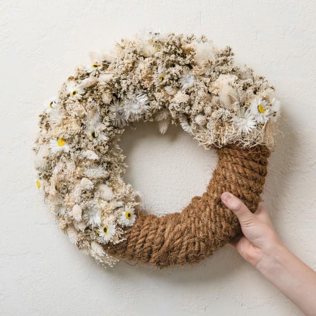 Ghirlanda con fiori secchi e stabilizzati e corda