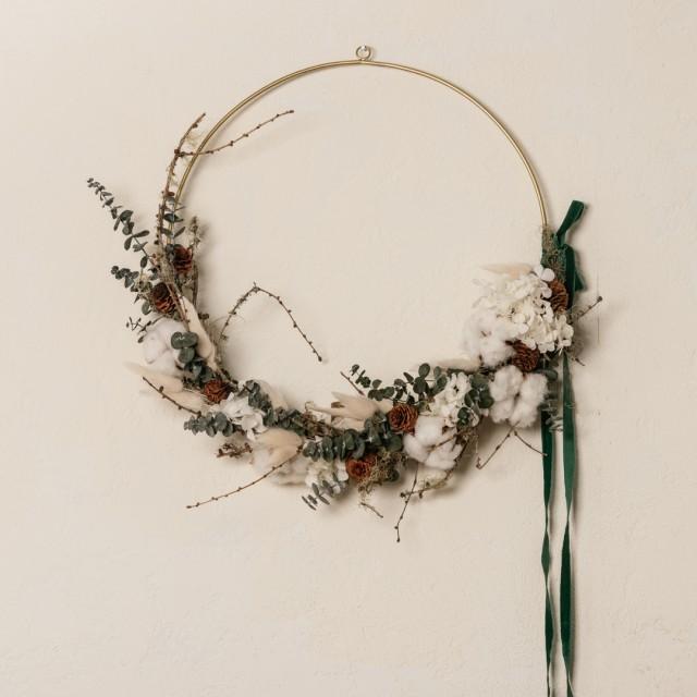Ghirlanda di Natale con eucalipto, ortensie e fiori di cotone