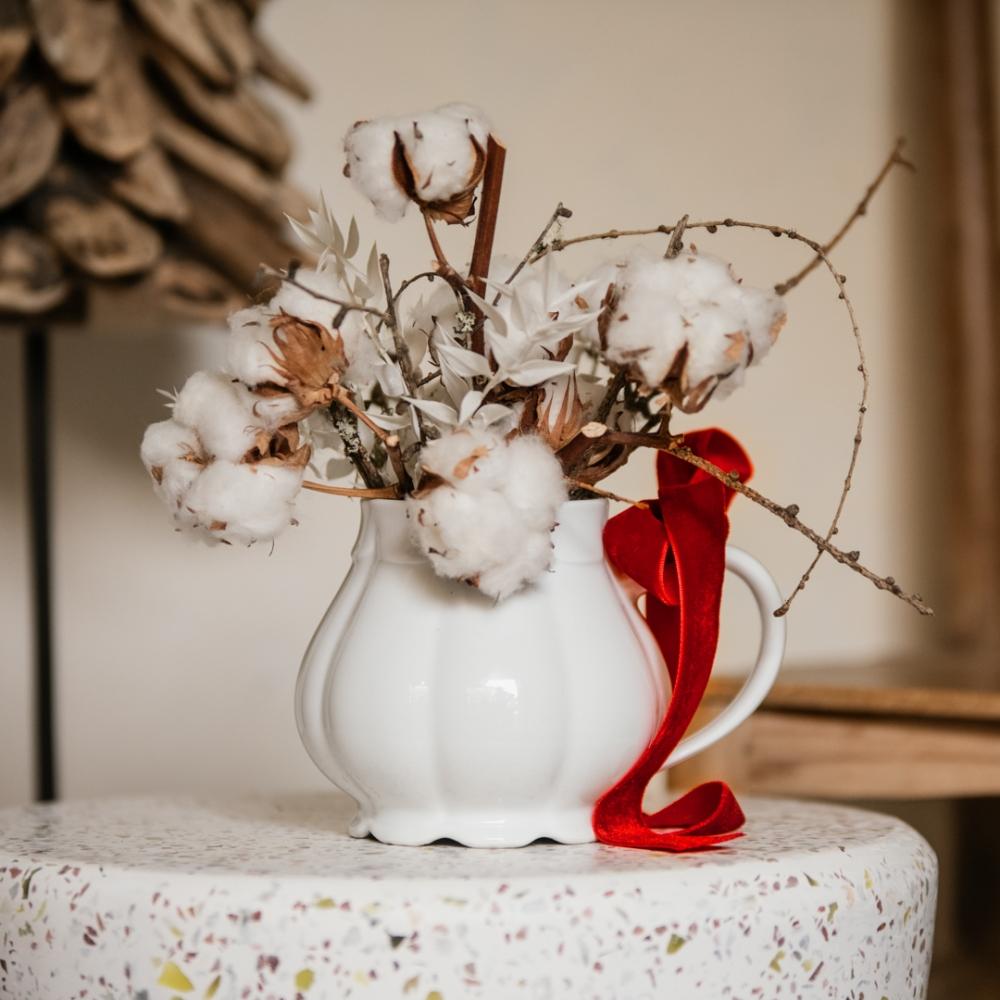 Teiera di Natale con fiori di cotone e larice