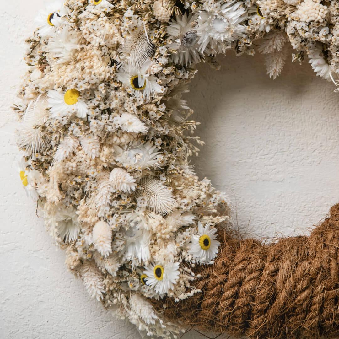 Ghirlanda con fiori secchi e corda